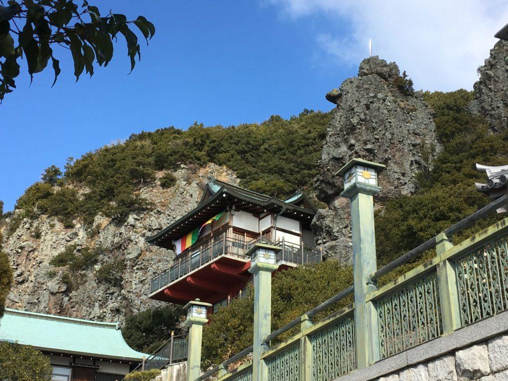 岩壁に建つ本堂