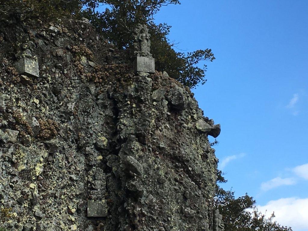 崖の上の石像