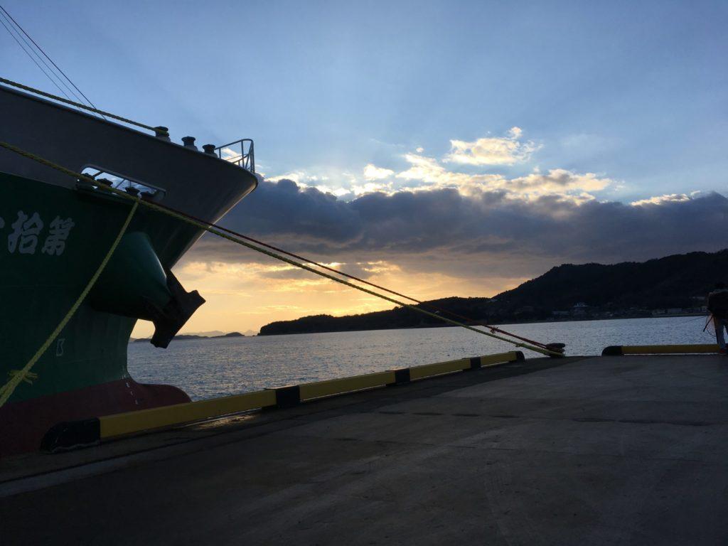 東港から夕日を臨む