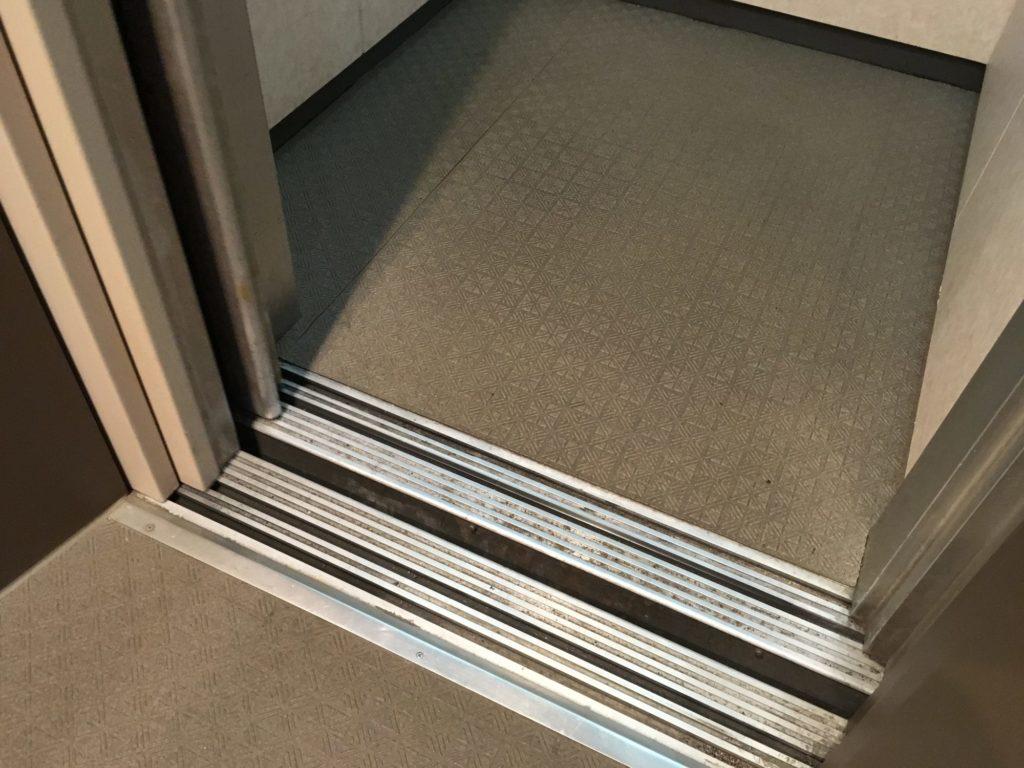 エレベーターの隙間